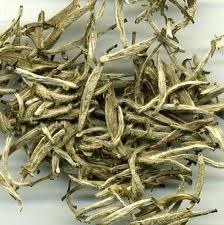 Hvid te sølvnåle